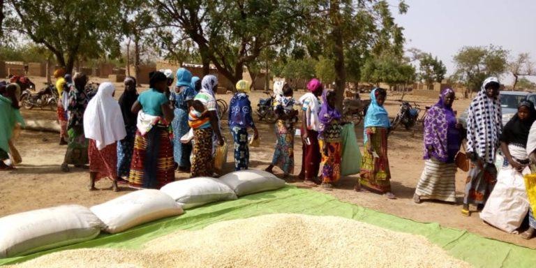 Terrorisme au Burkina Faso : des villages accueillent les déplacés internes.